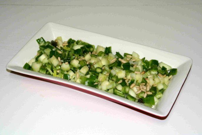 ensalada vegana de pepino y pimiento